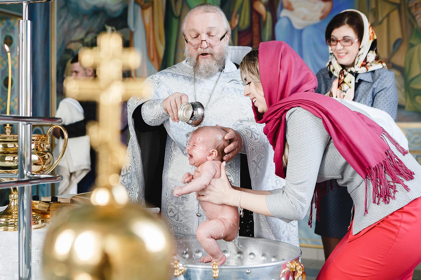 этих фотографии крестин в церкви организована как